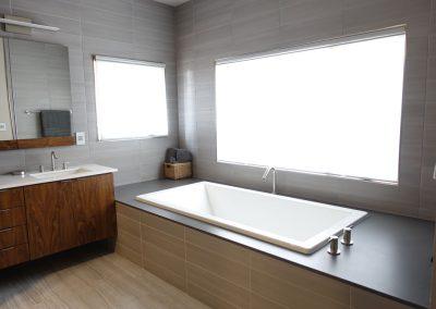 Quartz Bathtub Surround In Black